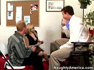 Секс втроем на рабочем месте с сексуальной секретаршей