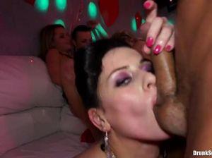 На вечеринке девушки сосут члены и занимаются групповым сексом с парнями