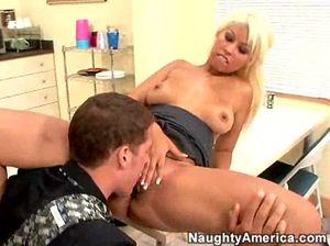 Блондинка секретарша сделала минет парню и попрыгала на его хую