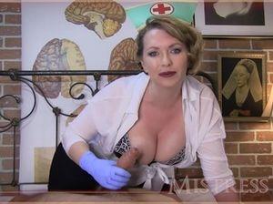 Грудастая медсестра хорошо дрочит хуй своего пациента