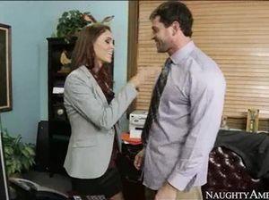 Брюнетка в чулках на офисном столе занимается сексом с поклонником