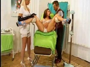 Потрясающая медсестра на каблуках отдается мужчинам в анальную дырочку