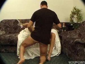 Вагинальный секс с красивой русской невестой на диване