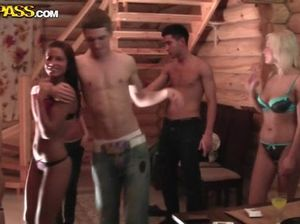 Во время пьяной сексуальной вечеринки русские голые девушки глотают сперму