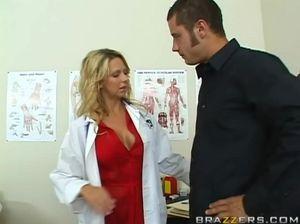 Шикарная медсестра громко стонет, когда пациент трахает ее  большим членом
