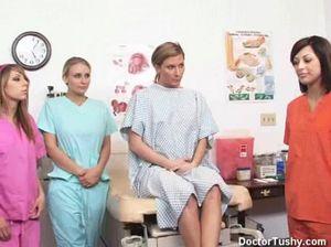 Молодые медсестры проводят осмотр бритой пизды пациентки