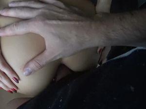 Хохлушка в чулках в подъезде занимается анальным сексом