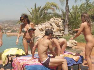 На озере молодые студенты устроили настоящую групповую оргию