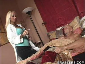 Лысый мужчина уговорил на хороший секс симпатичную белокурую медсестру