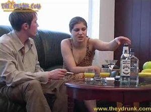 Русская девушка сильно напилась и раздвинула ноги на диване перед поклонником
