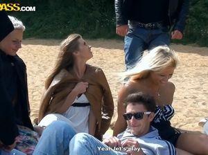На природе русские юные лесбиянки облизывают киски