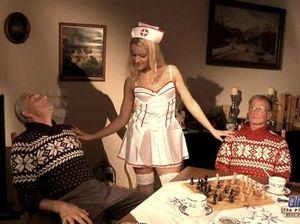Старые пациенты вдвоем ебут стройную сексуальную медсестру