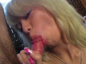 Пьяная блондинка занимается сексом с двумя парнями в бассейне