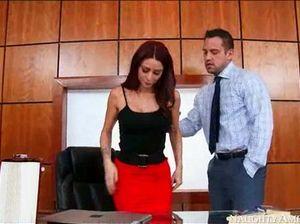 Мускулистый шеф в офисе долбит в киску очень красивую помощницу