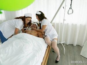 Две шикарные брюнетки медсестры отдаются в анусы брутальному пациенту