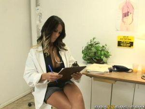 Сексуальная медсестра долбится в киску с приятным пациентом в больнице