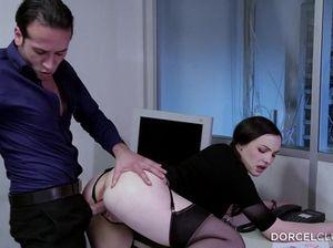 На работе секретарша в чулочках переспала с начальником