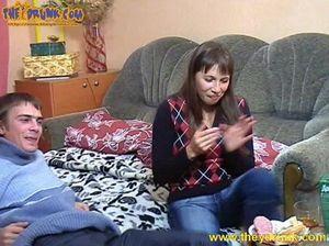 Пацан в презервативе долбит пизду пьяной русской подружки