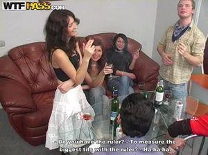 Молодые девки сосут члены и трахаются на групповой приватной вечеринке