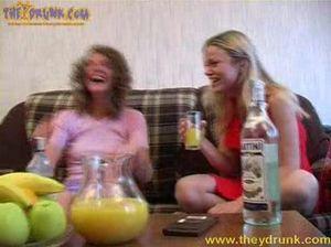 Пьяные русские лесбиянки трахаются с помощью банана на диване