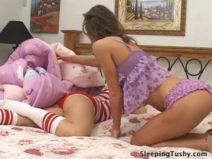 Молодая лесбиянка ласкает письку своей спящей нежной подружки