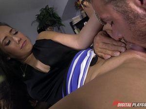 Классная секретарша подмылась и уселась на большой хуй шефа