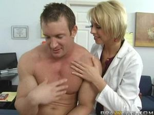 Медсестра с красивым телом соблазнила на секс пациента