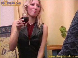 Пьяная блондинка в чулках делает минет и отдается парню в очках