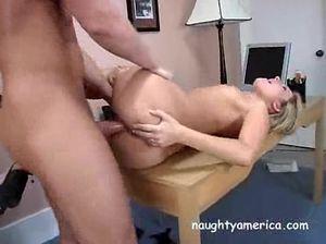 Начальник и секретарша занимаются горячим сексом на рабочем столе