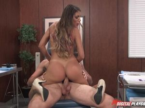 Медсестра с большой красивой грудью сношается с очередным пациентом в палате