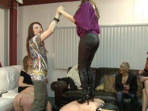 Активные Госпожи всячески издеваются над своими покорными мужчинами рабами