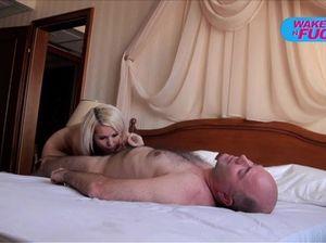 Миленькая молодая блондинка ебется с Пьером Вудманом на кровати