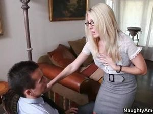Блондинка в чулочках сеточку раздвинула ноги перед своим начальником