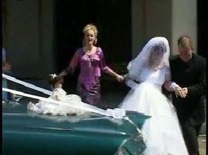 Невеста с большими натуральными сиськами прыгает на члене на свежем воздухе