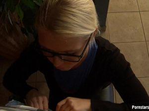 Смазливая секретарша в очках стоит на коленях и делает отсос хуя