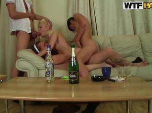Русская блондинка во время группового секса ощутила двойное проникновение