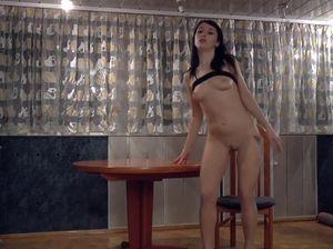 Стройная украинская девушка громко кричит во время мастурбации пизды