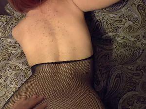 Домашняя брюнетка громко стонет от секса со своим партнером