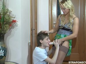 Красивая девушка со страпоном трахает анус молодого пацана