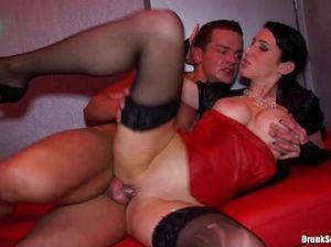Горячие девушки в ночном клубе устроили настоящую дикую оргию