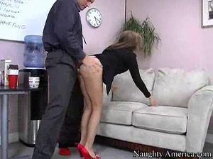 Начальник на диване вылизал киску секретарши и долбит ее большим членом
