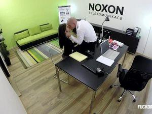 Бритоголовый мужик в офисе на столе ебет  девушку, принимая ее на работу