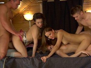 Девушки отдаются парням во время пьяной групповой оргии