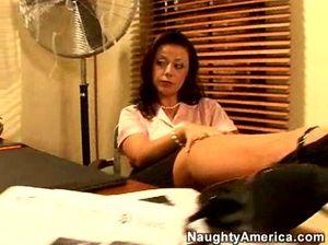 В офисе сексуальная секретарша удовлетворяет своего симпатичного начальника