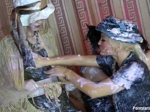 Совсем пьяные красивые лесбиянки во время вечеринки ласкают бритые киски