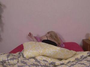 Возбужденный брат выебал свою спящую на кровати 18-летнюю сестру