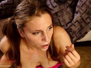 Бухая девушка с большими сиськами получила много спермы на лицо