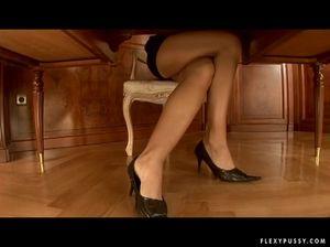 Симпатичная секретарша в кабинете огромным дилдо дрочит бритую киску