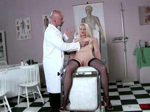 Гинеколог на кресле проводит осмотр блондинки в черных чулках