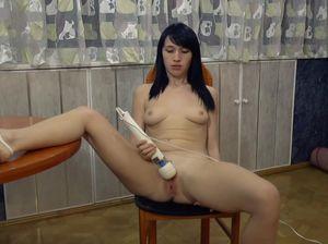 Украинка с хорошим телом мастурбирует вибратором киску сама себе
